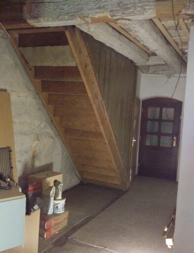 Nach Abriss einer Wand kommt der alte Aufgang zum Boden zum Vorschein.